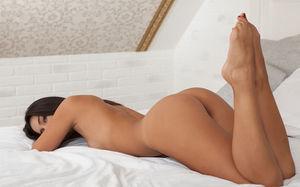 Обнаженная 19летняя латинка соблазняет ебаря на постели