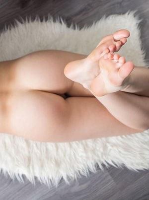 Кудрявая молодая девственница шаловливо раздвигает ноги