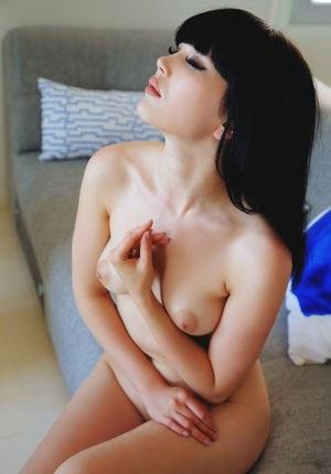 Прекрасная молодая азиатка показала невинную пизденку