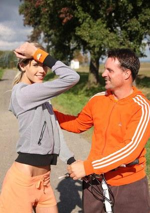 Наглый тренер выебал русую молодую спортсменку после пробежки