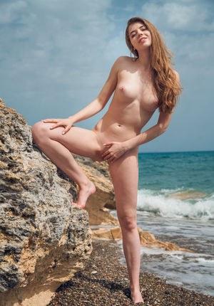 Похотливая совершеннолетняя брюнетка мастурбирует на скалах