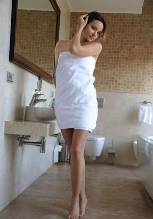 Приятна молодица подмыла пизду и устроила стриптиз в ванной
