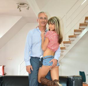 Миниатюрная молодая русская шлюшка встала раком перед стариком