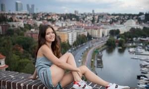 18летняя русская губастая красотка показывает сиськи на улице