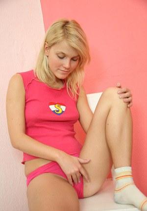 Блондинка решила подрочить пизденку на свое совершеннолетие