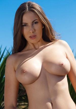 Прекрасная молодая телка помассировала груди и подрочила во дворе