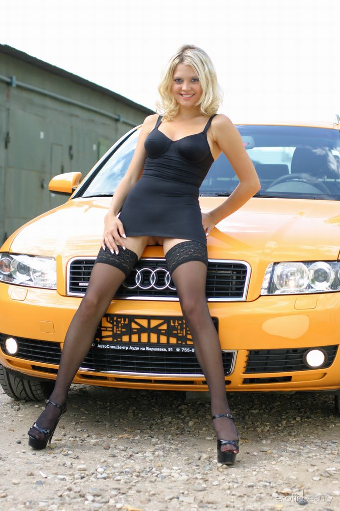 Голубоглазая молодая немка разделась в машине