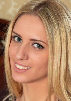 Приятная молодая модель показывает большие половые губы