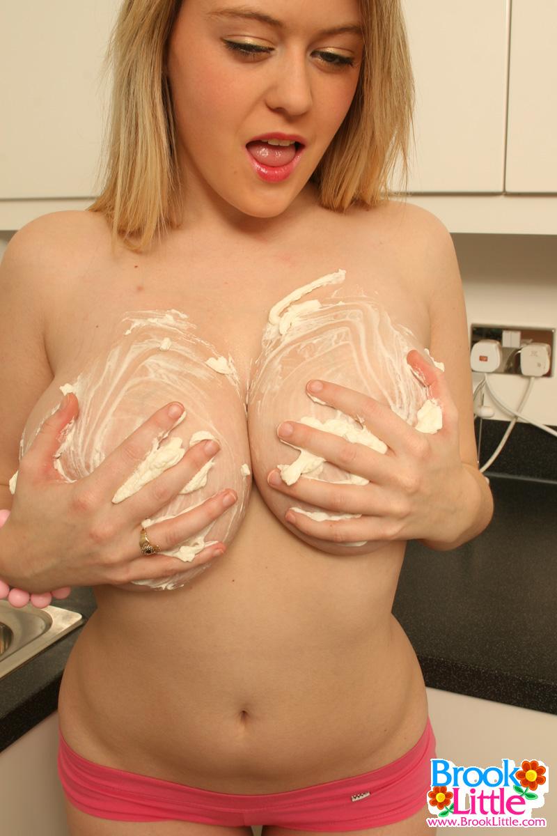 Пухленькая молодица массирует большие сиськи на кухне