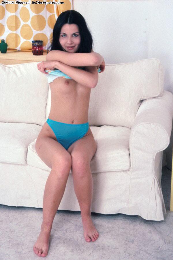 Прикольная молоденькая дама дрочит мохнатую письку трусами