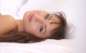 Фигуристая молодая модель классно стоит раком на постели