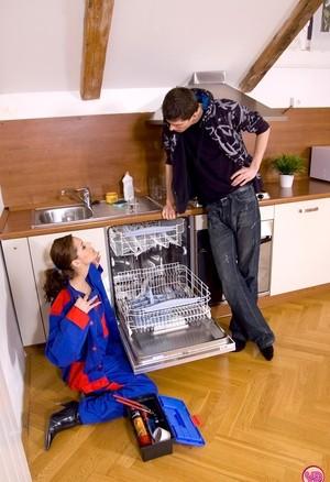 Молодая жена развлекает мужа ролевыми играми