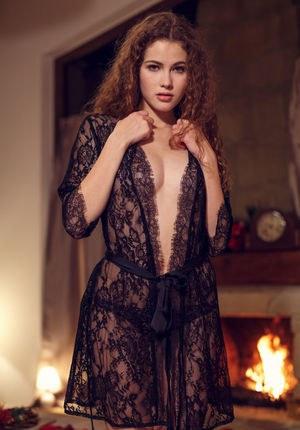 Эротичная молодуха устроила стриптиз в новогоднюю ночь