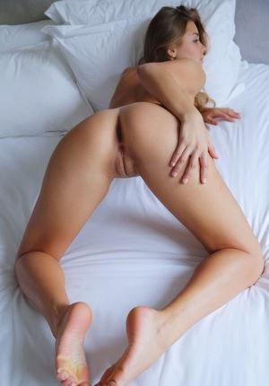 Красотка из колледжа погладила большие соски и раздвинула ноги