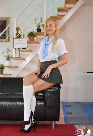 Милая студентка в короткой юбке возбудила старого учителя стриптизом