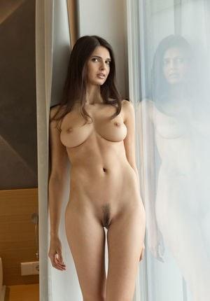 Голенькая молодая телка ждет когда ее выебут