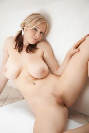 Пухлая молоденькая девушка размахивает большими дойками