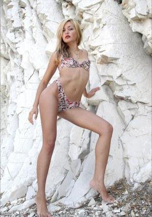 Красивая молодая модель разделась на пляже перед публикой