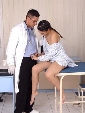 Возбужденный доктор выебал молодую пациентку в кабинете